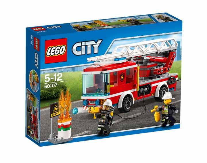 Le camion de pompiers avec échelle