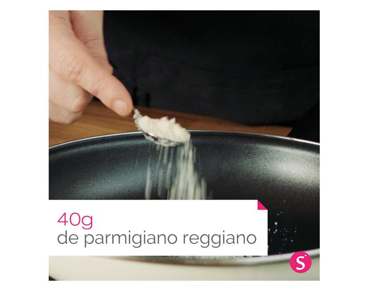 Dans une poêle, saupoudrer de Parmigiano Reggiano