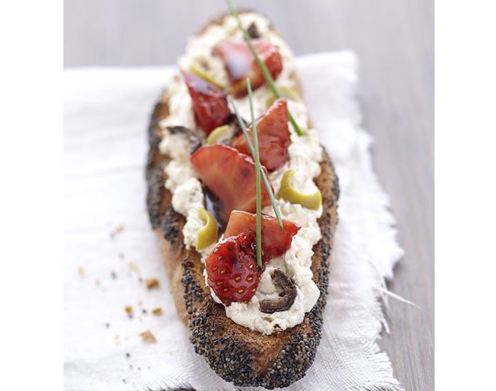Tartine pavot, fraises au balsamique et Tartinade aux olives