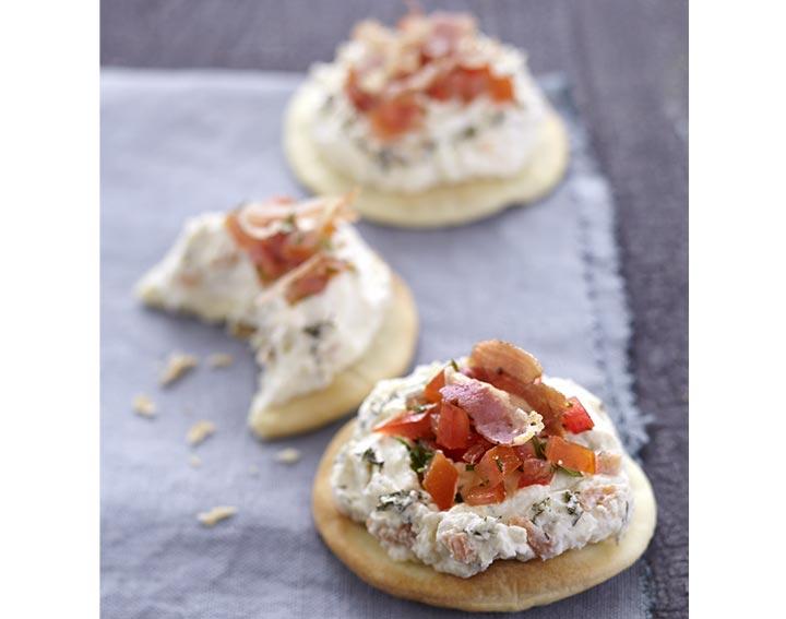 Pizetta avec Tartinade au saumon et tartare de tomate à la coriandre